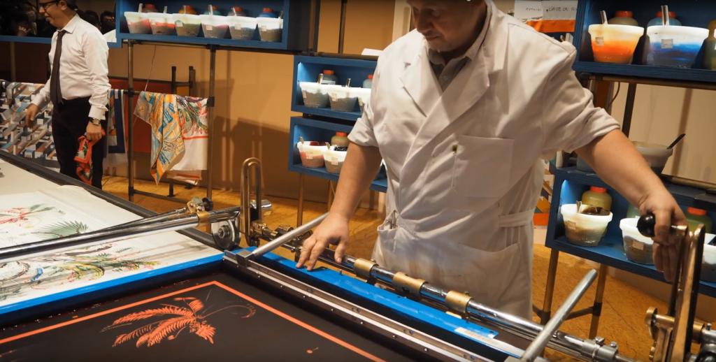世界的ファッションブランドであるエルメスのスカーフにもスクリーン印刷技術が使われている