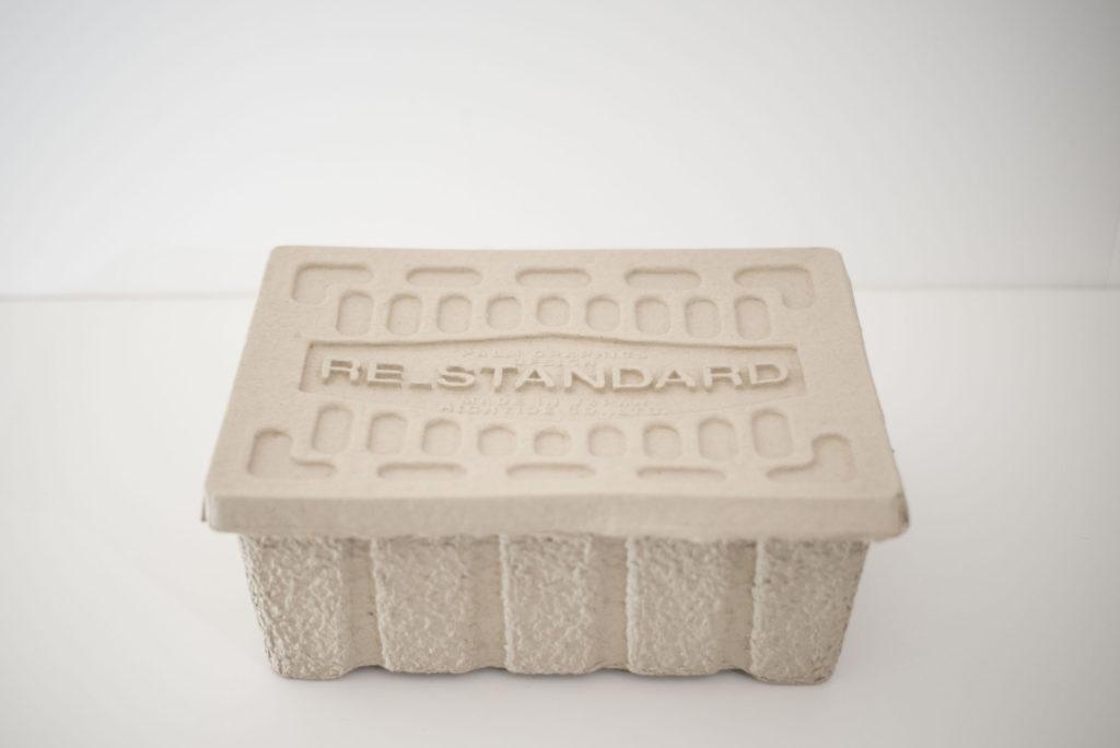 RE_STANDARDの収納ボックスはフタ付で積み重ねOK。古紙なのに強度もあり環境にも配慮抜群