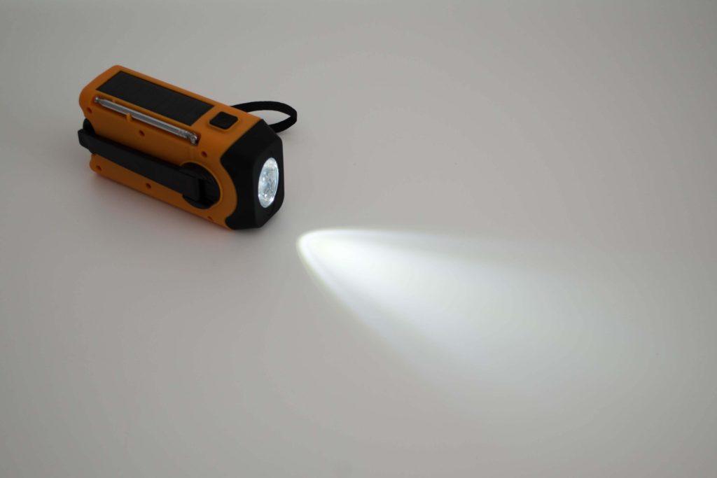 1W / 80ルーメンのスポットライト付、いざという緊急時には安心の光量です。